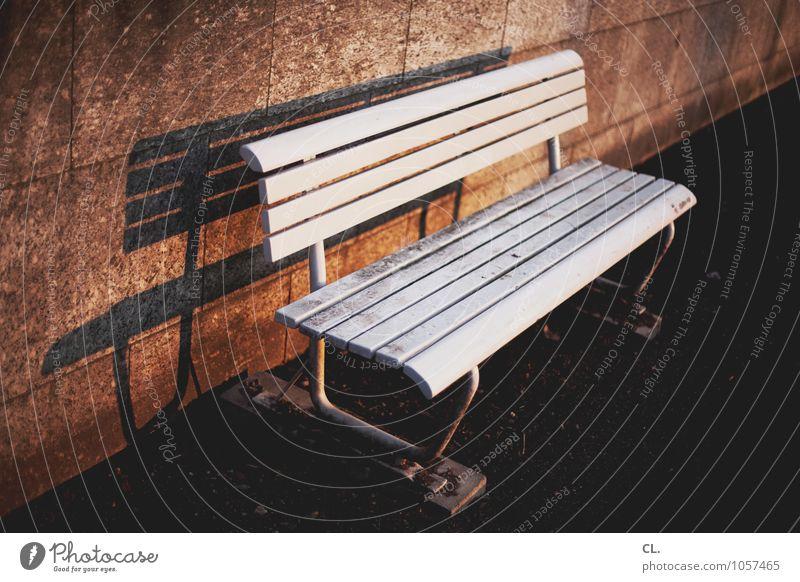 lange bank Platz Mauer Wand Wege & Pfade Bank sitzen warten dreckig weiß ruhig Pause Farbfoto Außenaufnahme Menschenleer Tag Licht Schatten Kontrast