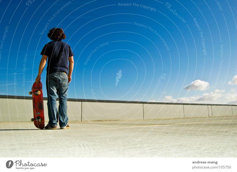 Oder doch noch einer? Mensch Himmel Mann blau Wolken ruhig Einsamkeit Mauer warten Beton stehen Jeanshose Skateboarding Textfreiraum Blauer Himmel