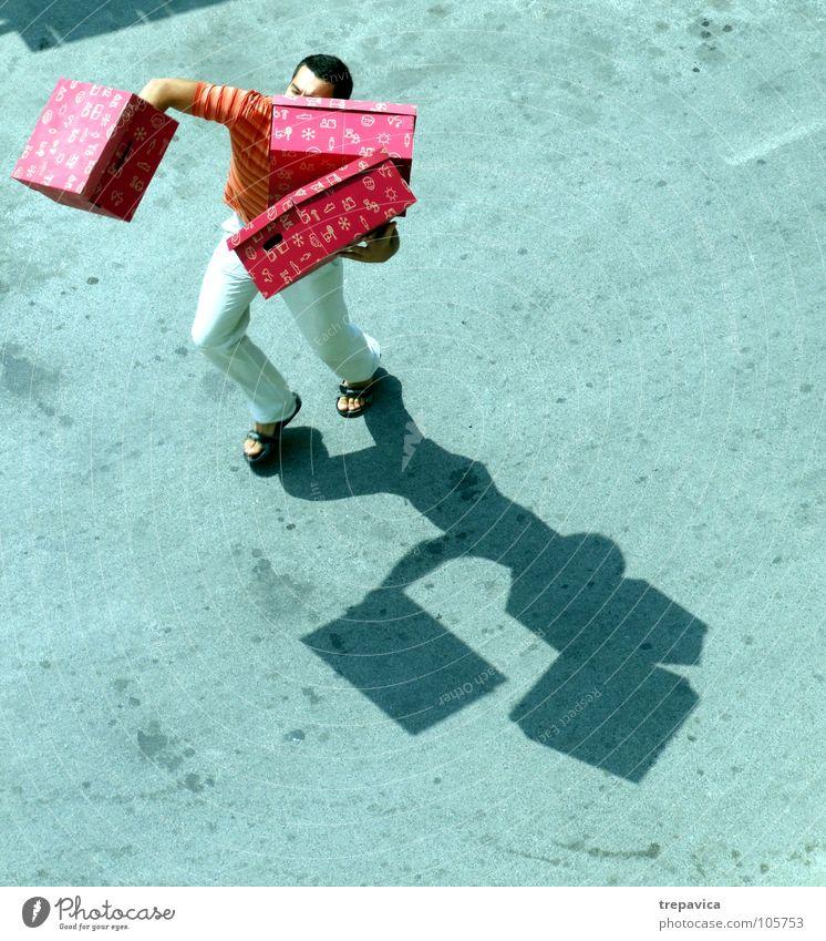 gekauft II kaufen Reihe Mann Beton Vogelperspektive 3 schwer Kiste Geschenk mehrere aufregend grau Ware hard box zuviel Schatten tragen