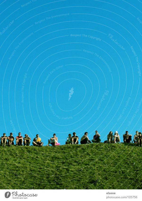 Picknick Frau Mensch Himmel Mann Natur Jugendliche grün blau Freude Sommer Wolken Erholung Wiese Freiheit Gras