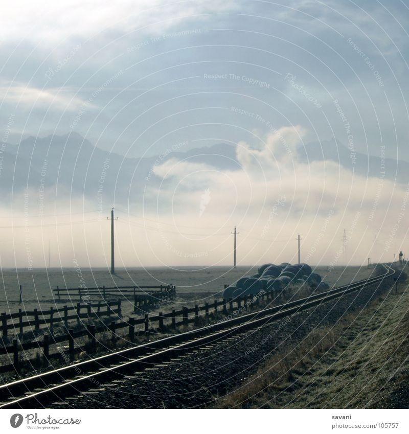 Wo geht die Reise hin? Natur Sonne Winter Ferien & Urlaub & Reisen ruhig Wolken Einsamkeit Ferne kalt Berge u. Gebirge Landschaft Feld Nebel Verkehr Eisenbahn