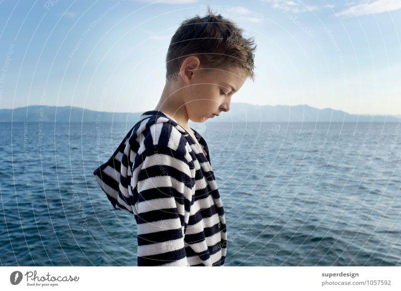 der junge Mann und das Meer Kind Ferien & Urlaub & Reisen Sommer Erholung Meer Traurigkeit Gefühle Junge Denken Schwimmen & Baden Kindheit nass Lebensfreude Trauer Stress Sorge