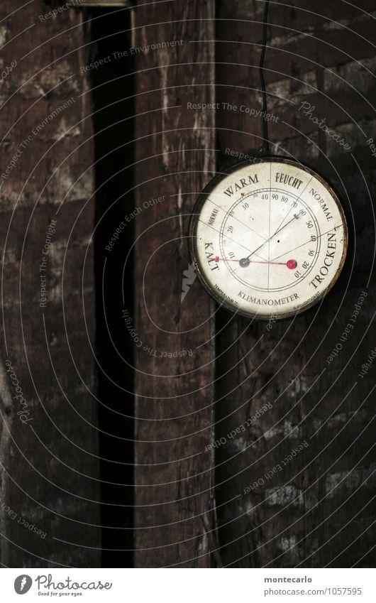 osterwetter Thermometer Barometer Holz Metall Schriftzeichen Ziffern & Zahlen alt einfach kalt retro rund trist braun weiß Farbfoto Außenaufnahme Nahaufnahme