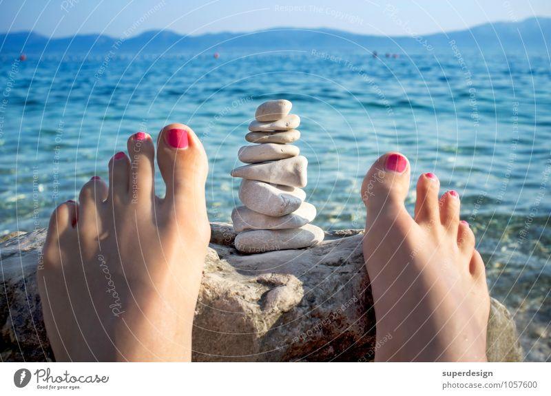 mediterrane Meditation Ferien & Urlaub & Reisen Sommer Sonne Erholung Meer ruhig Strand feminin Denken Gesundheit Freiheit Schwimmen & Baden Stein Fuß liegen