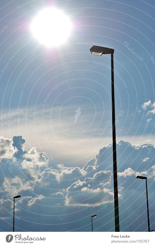 natural vs. artificial light Himmel Wolken Straße Lampe Wärme Graffiti Elektrizität Straßenbeleuchtung Mittag Himmelskörper & Weltall Lichtblick
