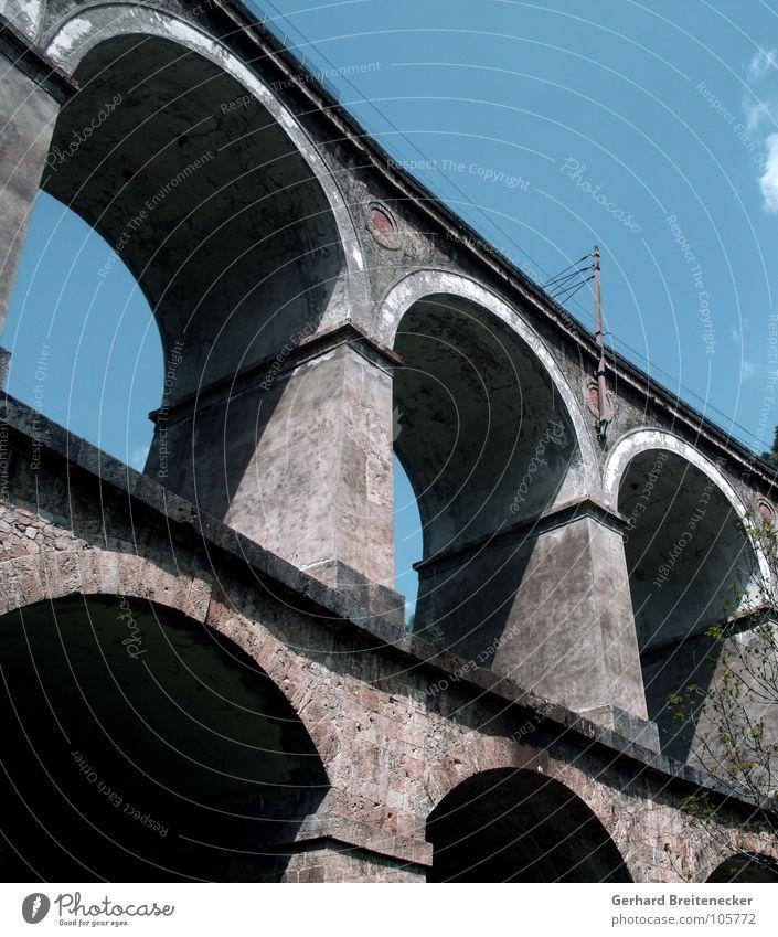 Luftschloss Himmel alt Sommer Ferien & Urlaub & Reisen Mauer Verkehr frei Eisenbahn hoch Brücke Macht fahren Gleise Bauwerk Bogen