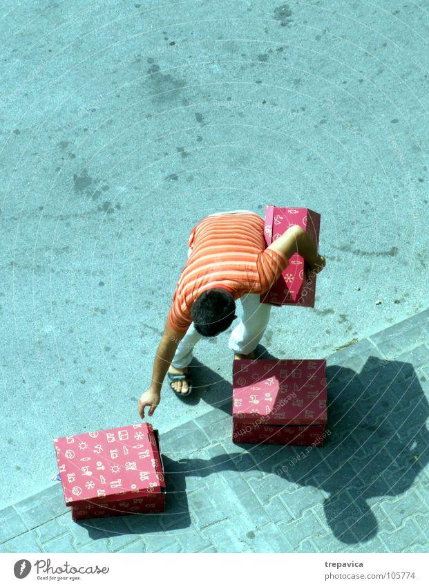 gekauft III Mann rot Straße grau kaufen Beton 3 Geschenk mehrere Reihe Lautsprecher viele Kiste tragen Ware schwer