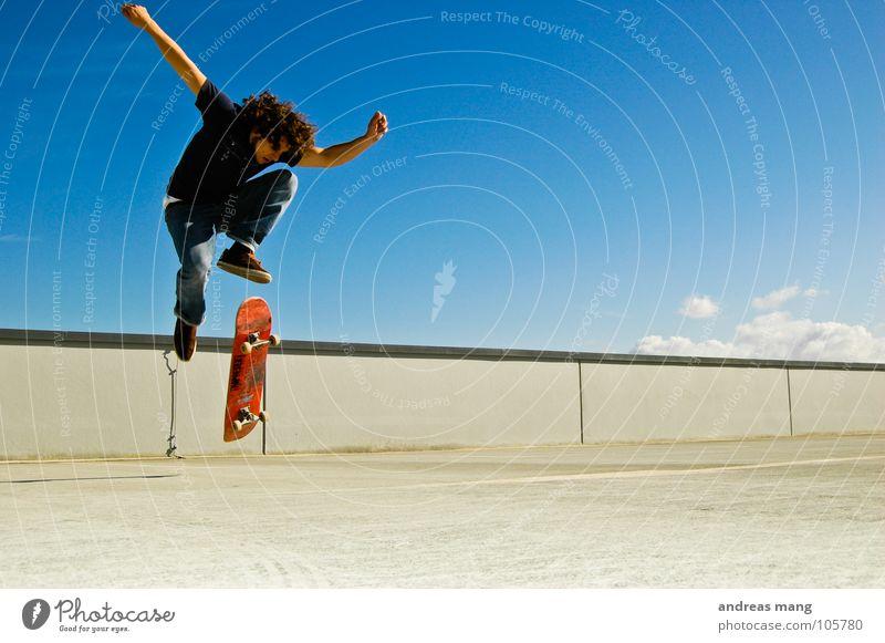 Der geht noch -> Pop Shove-it Mann Himmel blau Wolken springen Stil Bewegung Mauer fliegen hoch Aktion Coolness Skateboarding drehen Parkhaus Drehung