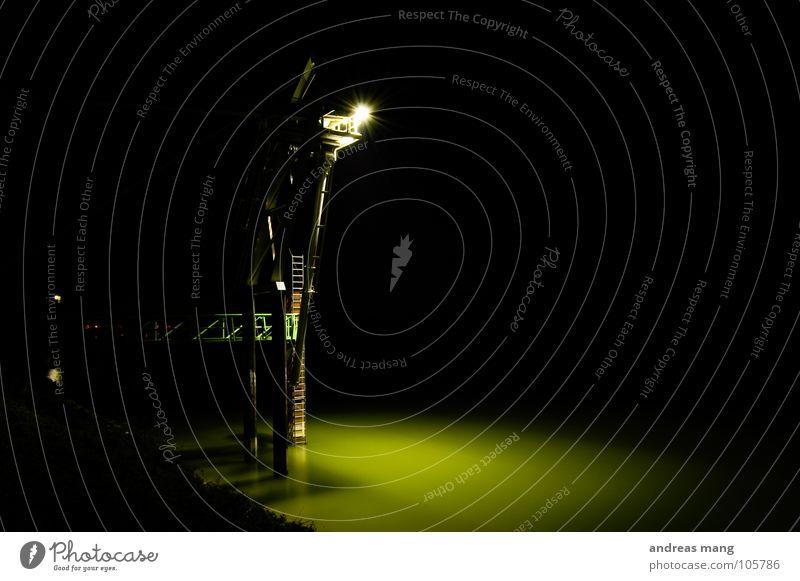 A long way up dunkel Licht Nacht Industriefotografie Stahlkonstruktion Lampe grün ruhig fließen Plattform night dark Scheinwerfer Beleuchtung Wasser Fluss water