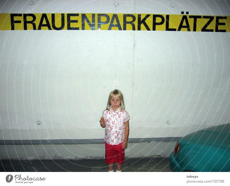 Wann kommt Mami? Kind Mädchen Frau Erwachsene Eis Frost PKW außergewöhnlich Einsamkeit parken Parkplatz Tiefgarage Garage Außenaufnahme