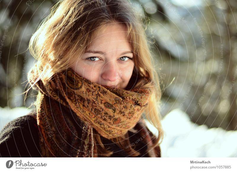 Winterblick. Mensch feminin Junge Frau Jugendliche Erwachsene 1 Lebensfreude Frühlingsgefühle Vorfreude Begeisterung Optimismus Mut Vertrauen Sicherheit Schutz
