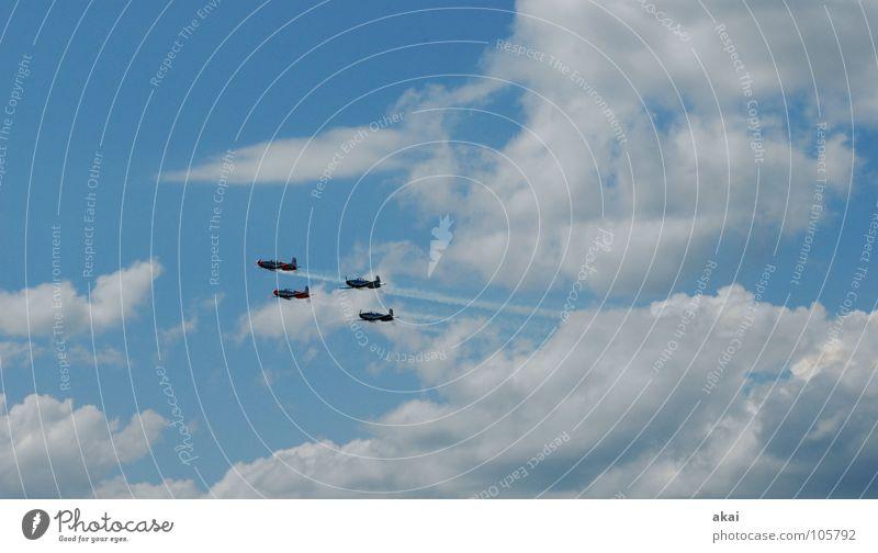 Fliegerstaffel Flugzeug 2. Weltkrieg Armee krumm Flugplatz Jubiläum Flugschau Veranstaltung Aktion Wettflug Sportveranstaltung Wolken Rauch himmelblau Freude
