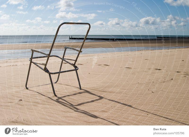 Sitzen gelassen. Wasser Himmel Strand Wolken Ferne Freiheit Holz Sand Metall Wellen leer Stuhl dünn Vergänglichkeit lang außergewöhnlich