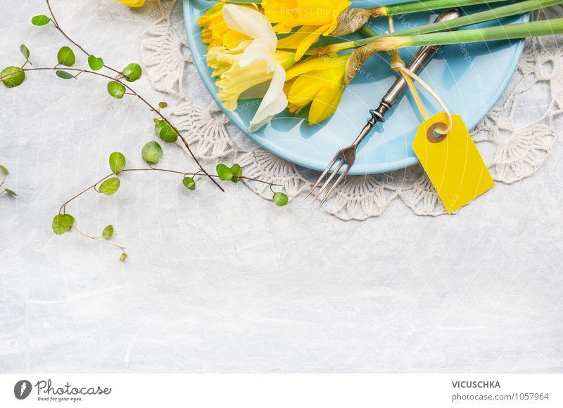 Teller mit Frühlingsblumen, Gabel und Karte blau Sommer Blume gelb Frühling Stil Feste & Feiern Hintergrundbild Design Dekoration & Verzierung Geburtstag Ernährung Tisch Ostern Küche Postkarte