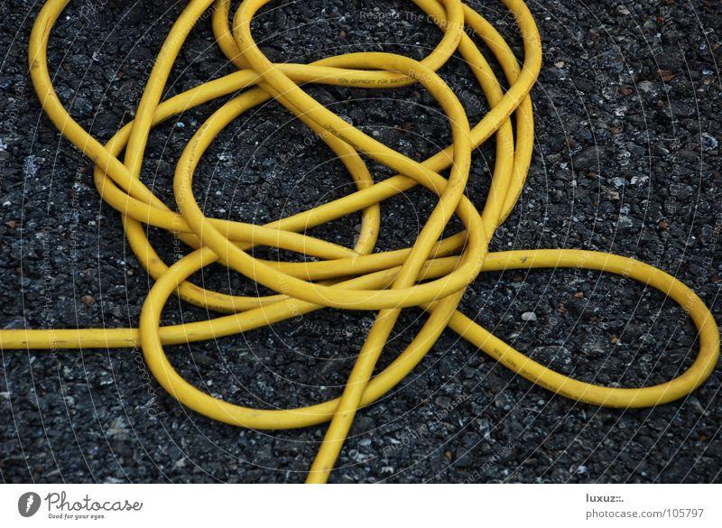 confused gelb Elektrizität Kabel Asphalt Medien Informationstechnologie Schlauch Knoten Elektronik Kabelsalat Schnittstelle