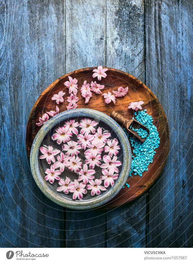 Schüssel mit Blumen in Wasser und Schaufel mit Badesalz Natur blau schön Wasser Erholung Blume Leben Stil Gesundheit Hintergrundbild rosa Design Wellness rein Wohlgefühl Körperpflege