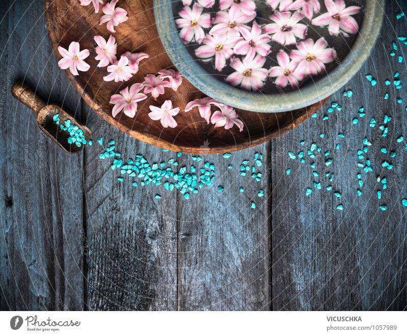Badesalz und Schüssel mit Blumen und Wasser alt blau Erholung Stil Holz Hintergrundbild Design Wellness Wohlgefühl Körperpflege Duft Meditation