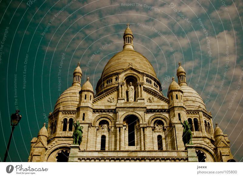 Nicht ohne eine Laterne Sacré-Coeur Dach Frankreich Hügel Jeanne d'Arc Statue Kuppeldach Montmartre Paris Katholizismus rund Tourismus Wallfahrtskirche Wolken