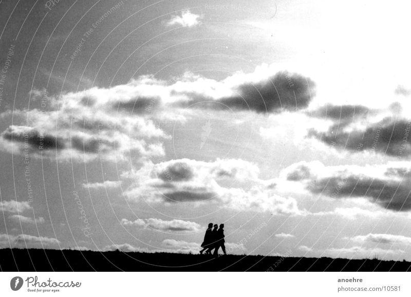 Drei auf dem Deich Wolken Menschengruppe Freundschaft Wind 3 Nordsee Deich Mensch