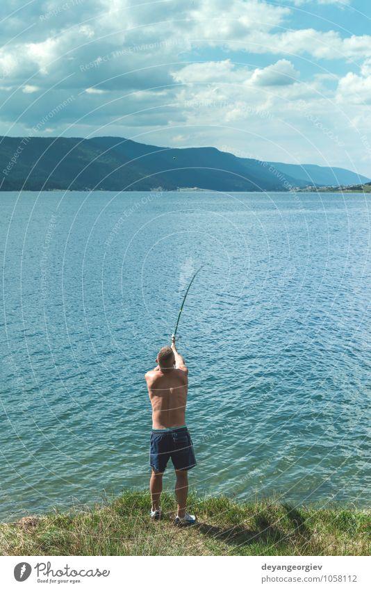 Mann beim Angeln mit Rute. Bergsee Lifestyle Erholung Freizeit & Hobby Ferien & Urlaub & Reisen Sommer Sport Mensch Erwachsene Natur Landschaft Himmel See Fluss