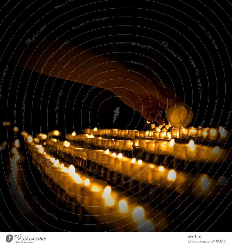 Andacht Gebet Kerze entzünden Licht ruhig gelb schwarz weiß dunkel Hand Stimmung Religion & Glaube Hoffnung trösten Vertrauen Götter anzünden bedächtig Trauer