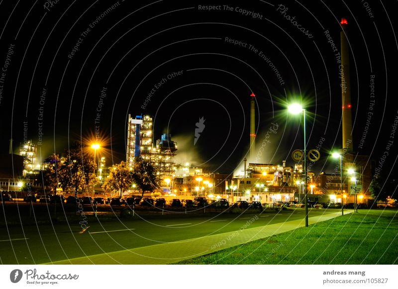 Industrial Nightlife II Straße Lampe dunkel Arbeit & Erwerbstätigkeit Gras Gebäude hell Beleuchtung dreckig Industrie Industriefotografie Turm Asphalt Rauch