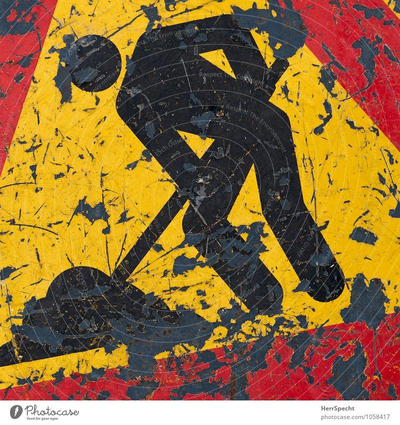 Man at work Straßenverkehr Verkehrszeichen Verkehrsschild Metall Hinweisschild Warnschild Arbeit & Erwerbstätigkeit alt authentisch trashig gelb rot schwarz