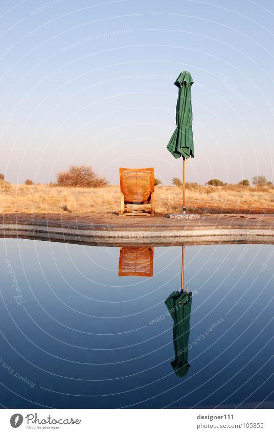 Namibischer Spiegel Wasser ruhig Ferne Erholung Gefühle träumen Denken Schwimmbad Afrika Unendlichkeit Liege Sonnenschirm Liegestuhl Namibia Wetterschutz