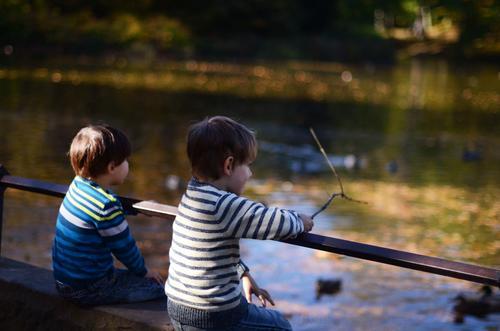 Herbsttag Mensch Kind Kleinkind Geschwister Freundschaft 3-8 Jahre Kindheit Park Teich See herbstlich Farbfoto Außenaufnahme Textfreiraum rechts