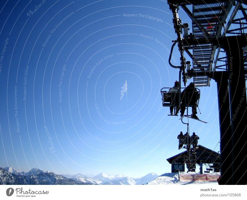 Gipfel entgegen schweben Skier Sesselbahn Strebe Winter kalt Riesenrad Berge u. Gebirge Schnee Skilift aufwärts Kondensstreifen Luftverkehr Mast