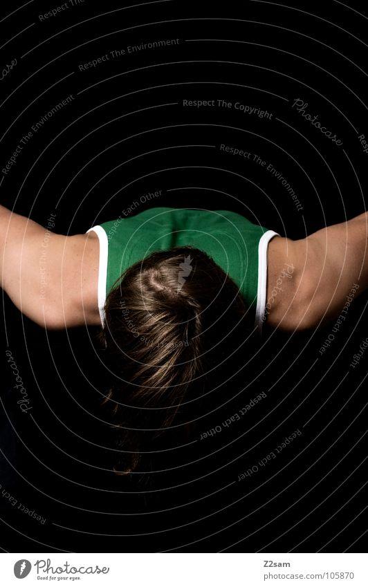 W Mann Muskelshirt Trägershirt Hemd grün glänzend Schweben frontal ruhen Erholung Buchstaben Jugendliche einfach schwarz dunkel Mensch portraite man Arme