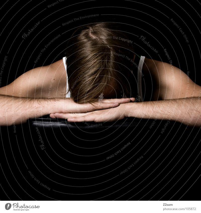 *AUSZEIT* Mensch Mann Hand Erholung Kopf Haare & Frisuren braun Arme glänzend sitzen liegen Pause Stuhl Mitte Müdigkeit Schulter