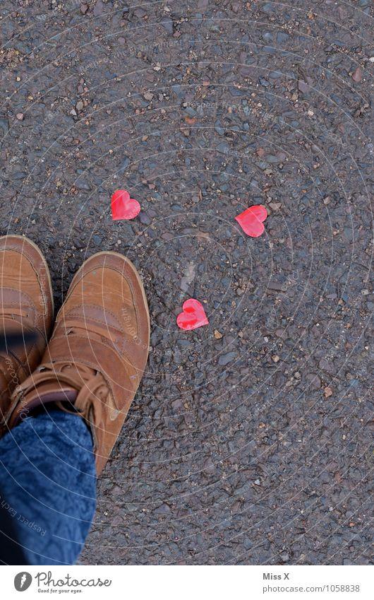 zu Füßen Mensch Gefühle Liebe Wege & Pfade Beine Stimmung Fuß Schuhe Herz Romantik Symbole & Metaphern Kitsch Bürgersteig Jeanshose Verliebtheit Straßenbelag