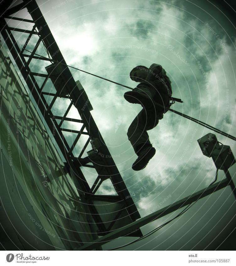 großstadtabseilen pt.3 Aktion Kerl Freak alternativ Kletterseil Halt befestigen Haken Gurt Wolken schlechtes Wetter Einkaufszentrum Parkplatz Werbung Gitter