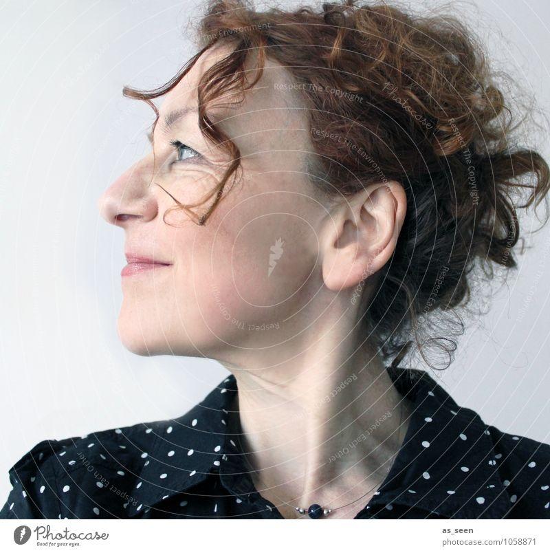 Frollein S. Frau Erwachsene Leben 1 Mensch 18-30 Jahre Jugendliche 30-45 Jahre Mode Bluse Schmuck Halskette Haare & Frisuren brünett rothaarig langhaarig Locken