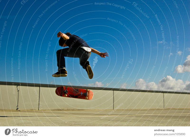 Der Abschluß -> nochn Kickflip Mann Himmel blau Wolken springen Stil Bewegung Mauer fliegen hoch Aktion Coolness Skateboarding drehen Parkhaus Drehung