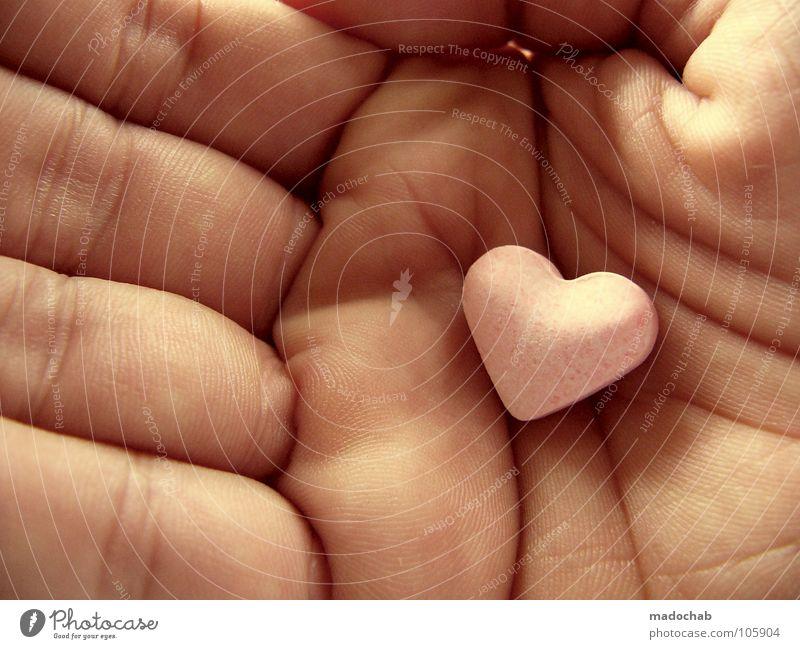 WERTVOLL Bonbon Herz herzförmig Nahaufnahme Hand Zentralperspektive süß lecker Liebe 1 einzeln Liebeserklärung Valentinstag