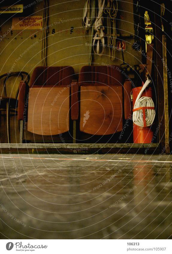BRANDSCHUTZ Feuerlöscher löschen Brandschutz brennen Stuhl Kinosessel Schlauch heiß Physik dokumentarisch weiß rot Warnfarbe Menschenleer Situation Sicherheit