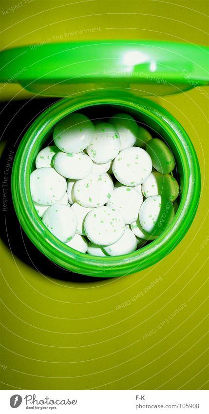 Die grüne Pille Farbe Tisch Süßwaren Medikament Rauschmittel Bonbon Verpackung Dose Tablette Gully Kaugummi Dragees Mundgeruch Placebo