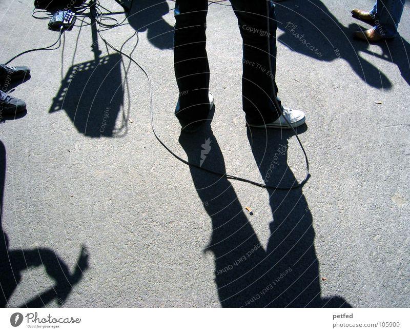 My Trip To Vienna . Freizeit & Hobby grau Schuhe Musikinstrument dunkel weiß Wien Österreich Platz Konzert Mensch scharz Straße Gitarre Schatten Sonne Kabel