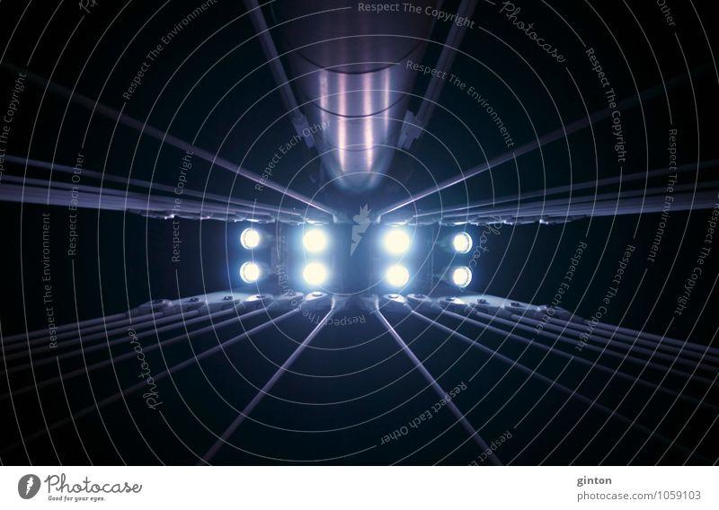 Beleuchteter Brückenpfeiler Bauwerk Architektur Lampe Metall Stahl dunkel einfach oben blau violett schwarz Farbfoto Gedeckte Farben Außenaufnahme Nahaufnahme