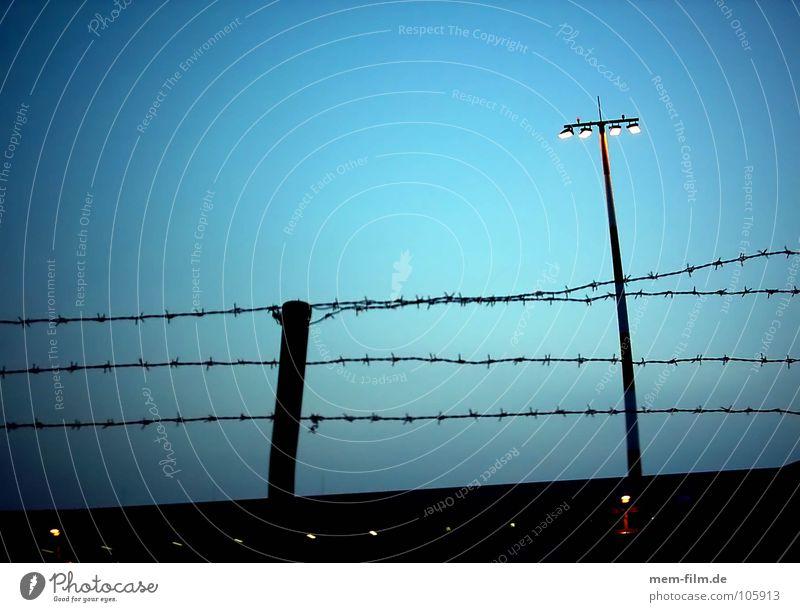 keep out Luftverkehr gefährlich bedrohlich Flughafen Grenze Zaun Barriere Scheinwerfer Flutlicht Stacheldraht Terrorismus eingezäunt Innere Sicherheit