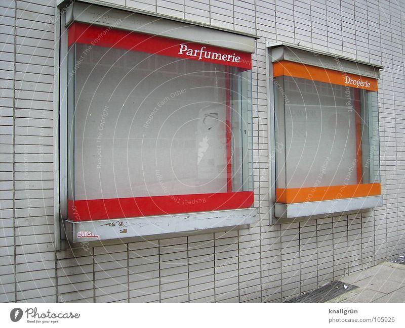 Ungeschminkt Drogerie Vergänglichkeit rot weiß Backstein leer verfallen Parfümerie schön orange Schaukasten Schaufenster Fassade
