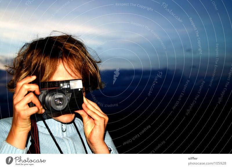 Valerie am knipsen. Kind Himmel blau weiß Mädchen Farbe schwarz braun Freizeit & Hobby dreckig Fotografie Fotokamera Doppelbelichtung Fotografieren