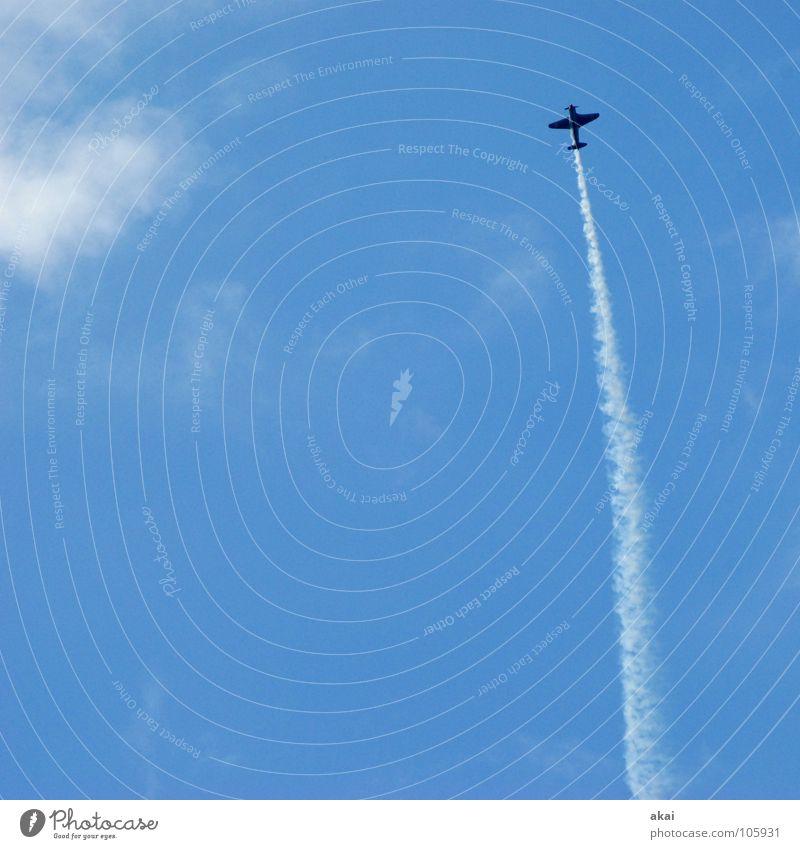 Flugtag 4 Flugzeug 2. Weltkrieg Armee krumm Flugplatz Jubiläum Flugschau Veranstaltung Aktion Sternmotor Wettflug Sportveranstaltung Wolken Rauch himmelblau