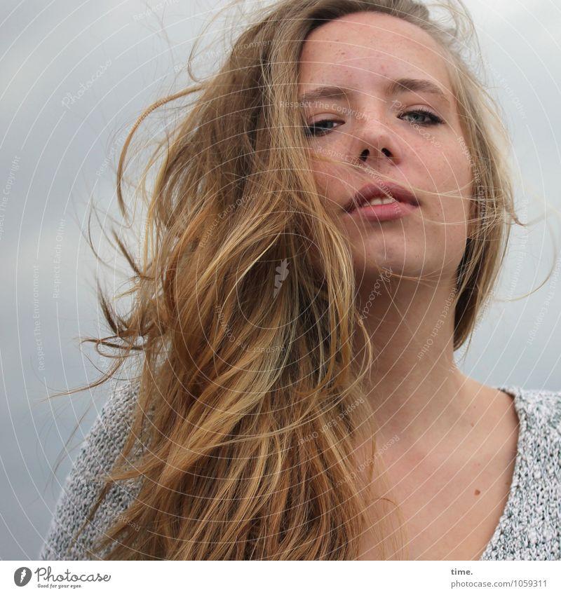 . feminin Junge Frau Jugendliche 1 Mensch Pullover blond langhaarig beobachten Blick Coolness schön sportlich selbstbewußt Kraft Willensstärke Mut Tatkraft