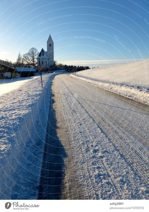 Winterausrüstung empfehlenswert... weiß Einsamkeit kalt Straße Schnee Wege & Pfade Religion & Glaube Eis Kirche Frost Alpen Dorf Verkehrswege Glätte Heimat
