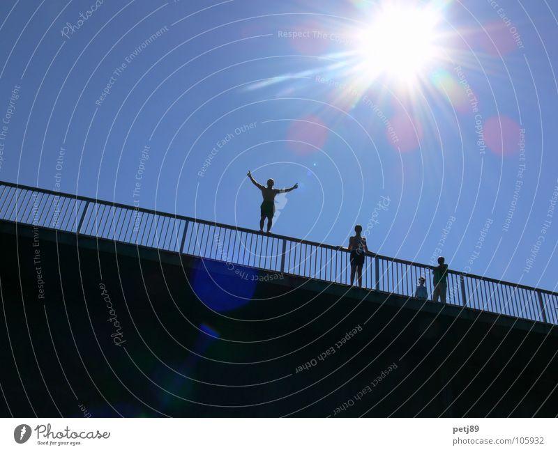 Sprung von der Brücke Sommer Sonne Freude springen Aktion Tod Suizidalität