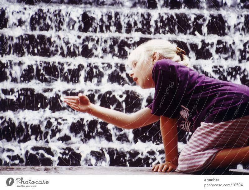 Mädchen am Brunnen Kind Wasser Spielen