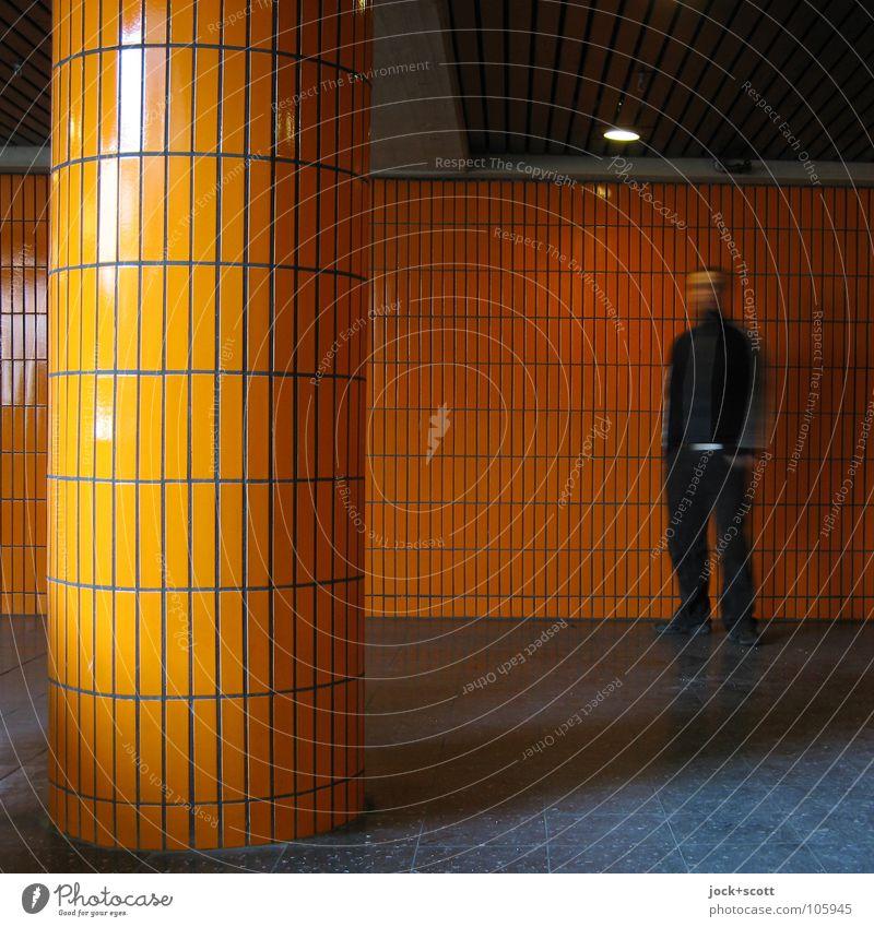 Säule Orange Raum Mann Erwachsene 1 Mensch 30-45 Jahre Charlottenburg Architektur Wand Linie Bewegung warten retro orange Gefühle Einsamkeit Identität